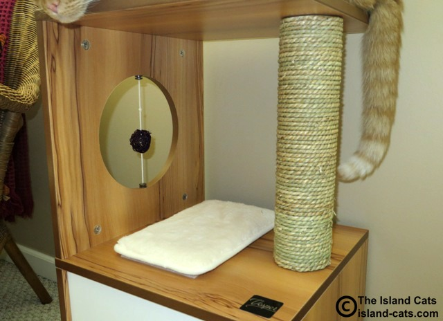 Vesper V-Box Small scratching post and rattan ball